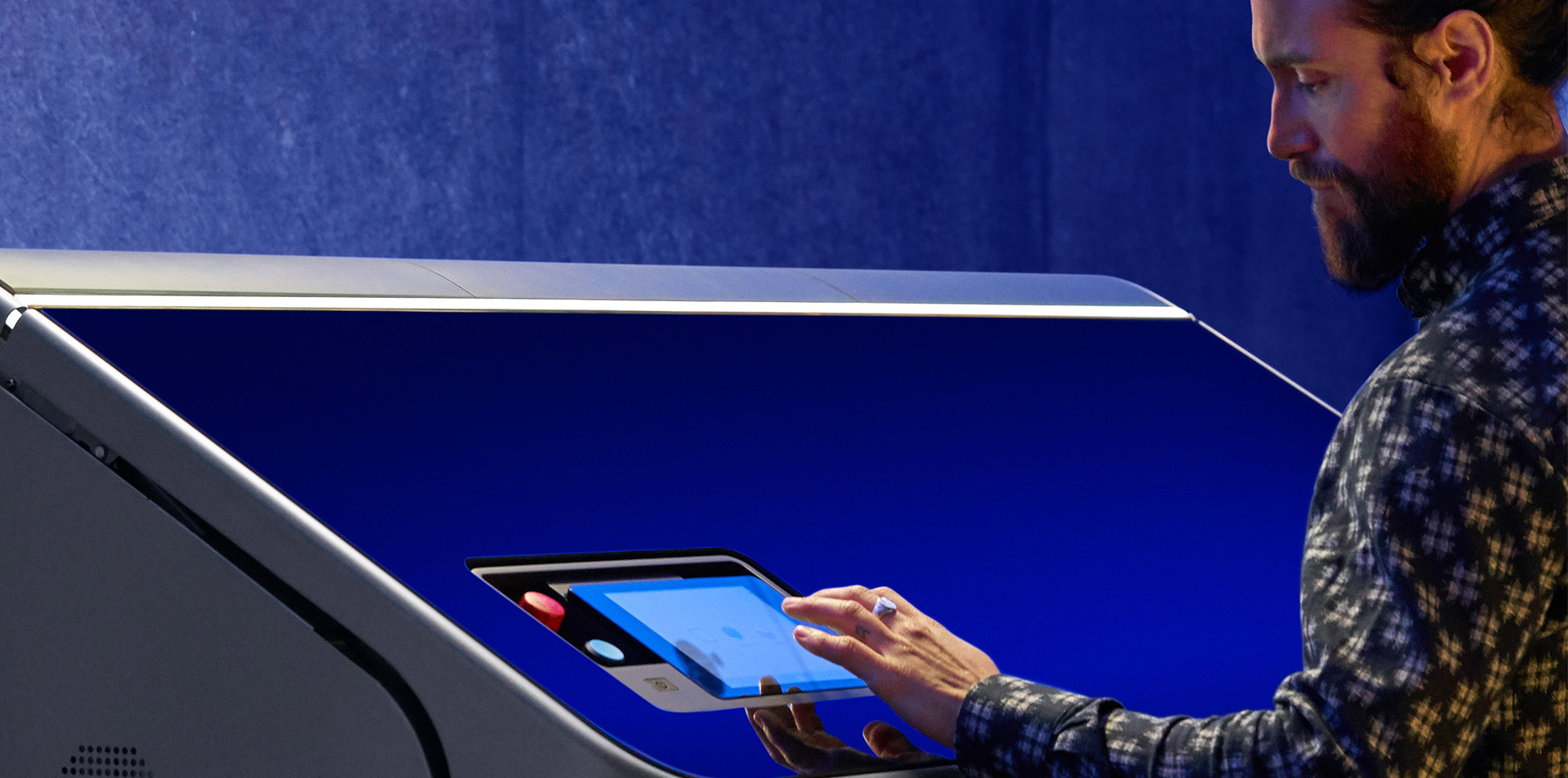Operator bedient HP Jet Fusion 3D-printer